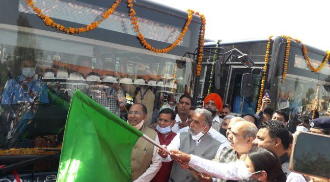 केंद्रीय राज्य मंत्री चौधरी कृष्णपाल गुर्जर व कैबिनेट मंत्री मूलचंद शर्मा व विधायक गण सिटी बस सेवा का शुभारंभ करते हुए