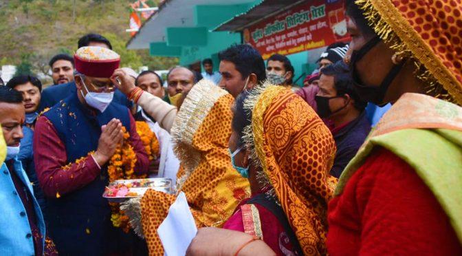उत्तराखंडः नैनीताल रानीखेत पहुंचे मुख्यमंत्री त्रिवेंद्र रावत, लोगों ने किया भव्य स्वागत
